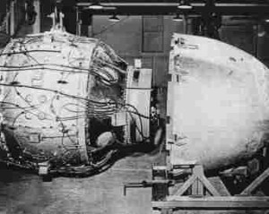 Fat_Man_Assembly_Tinian_1945_compressed